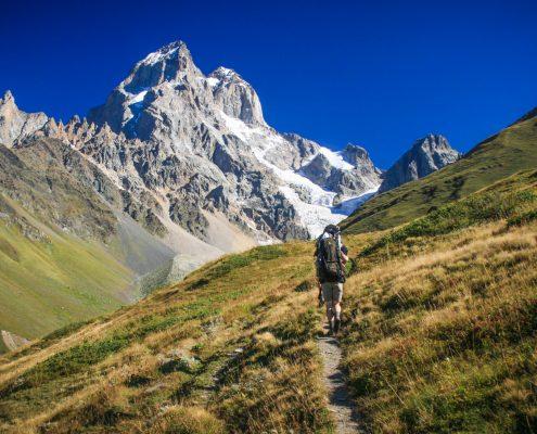 1-Op-weg-naar-Guli-pass-Mount-Ushba-op-de-achtergrond-2048x1365